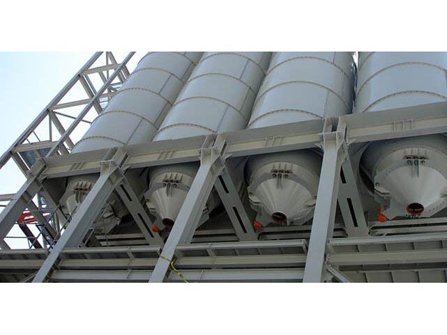 Las suspensiones especiales y la junta en polímero de alta resistencia SINT y la brida forman una conexión flexible entre el silo